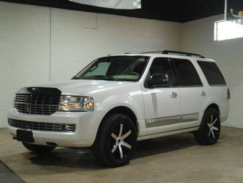 2010 LINCOLN NAVIGATOR LUXURY - FINANCING AVAILABLE-Indoor Showroom! for sale in PARMA, OH