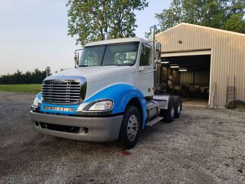 2004 Freightliner Columbia for sale in Manhattan, IL